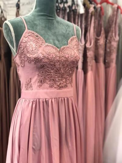 Elegante abito in raso di colore rosa con corpino ricamato